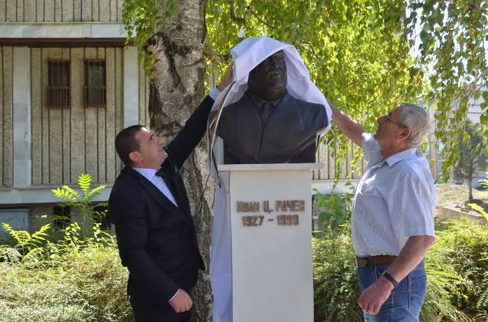 ОТКРИХА Паметник на строителя на Девня Иван Рачев